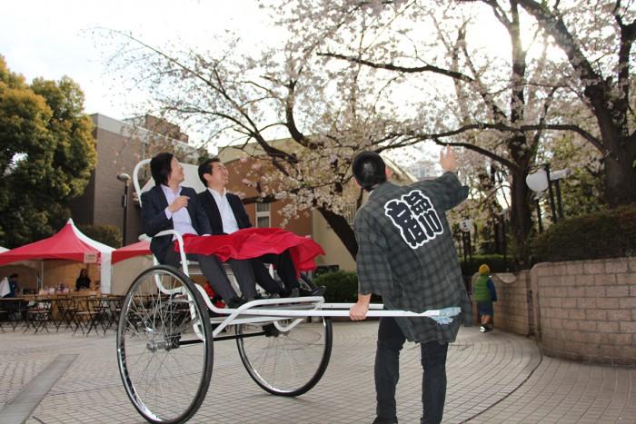 人力車にひかれてお花見に出発。人力車夫「佐藤亮太」さんから面白いお話も聞けるかも?