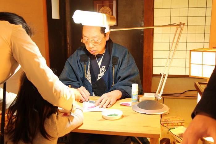 御殿山庭園内にある茶室「有時庵」では、職人の技を間近で見学。