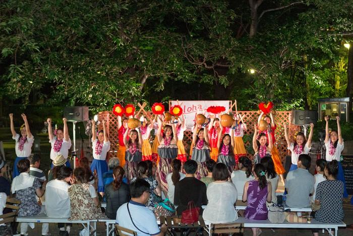 大勢のミュージシャン&フラダンサーがかわるがわる登場し、様々なスタイルのハワイアンスタイルをお楽しみ頂けます♪