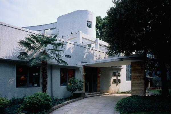 もとは渡辺仁氏が設計した邸宅だった建物を美術館として利用。