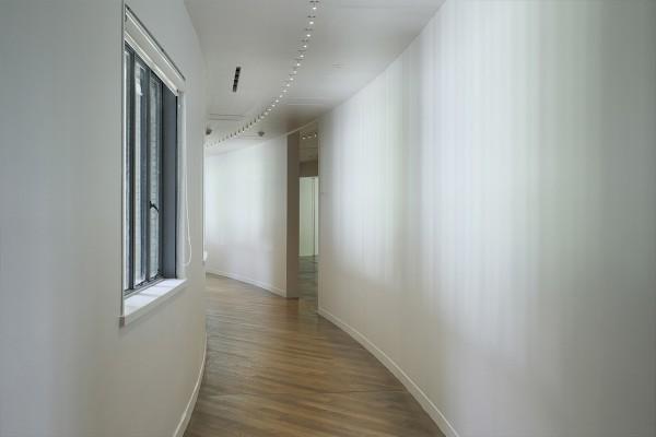 1階の廊下。建物自体がゆるやかにカーブしています。