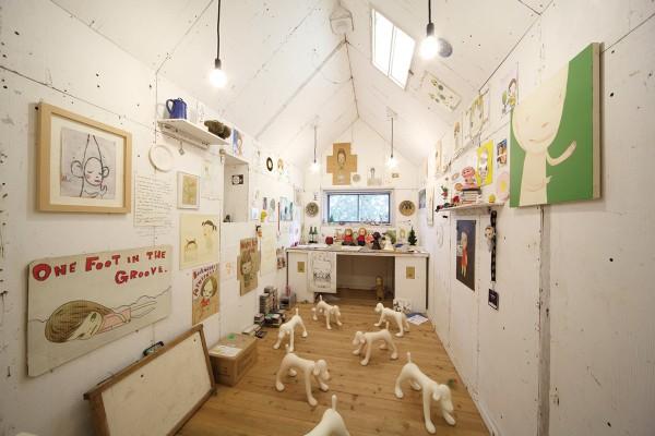 常設作品のひとつ、奈良美智氏のアトリエをイメージした作品。奈良美智『My Drawing Room』2004年8月~制作協力:graf Photo by Keizo Kioku
