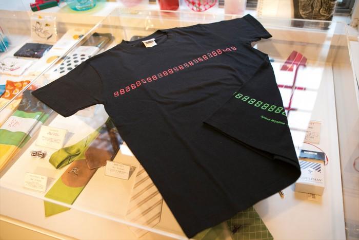 宮島達男氏の常設作品である『時の連鎖』をモチーフにしたオリジナルTシャツ。数字を塗りつぶせる油性マーカー付き3240円。
