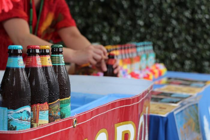 ハワイNo.1クラフトビール「コナビール」。ビール片手にミュージックステージをお楽しみ下さい♪