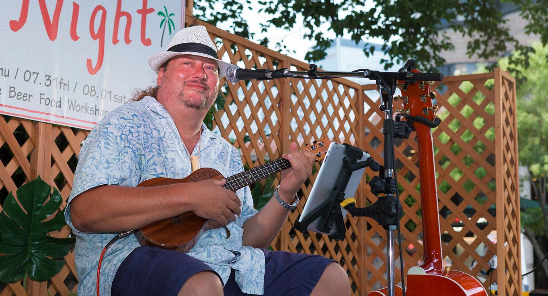 ハワイアンヴォーカル・ウクレレ奏者であるマイク・ガイリー氏。ハワイアンミュージックに合わせて、みんなで踊るシーンも!